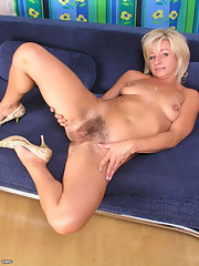 spread Mature pussy blonde